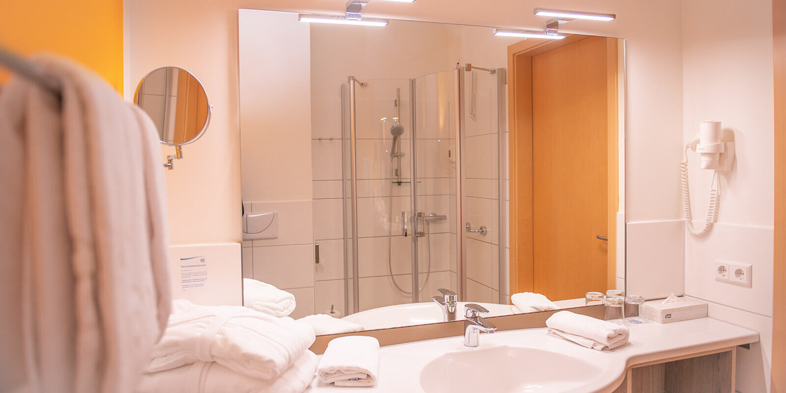 Großzügiges Bad mit Dusche und Föhn