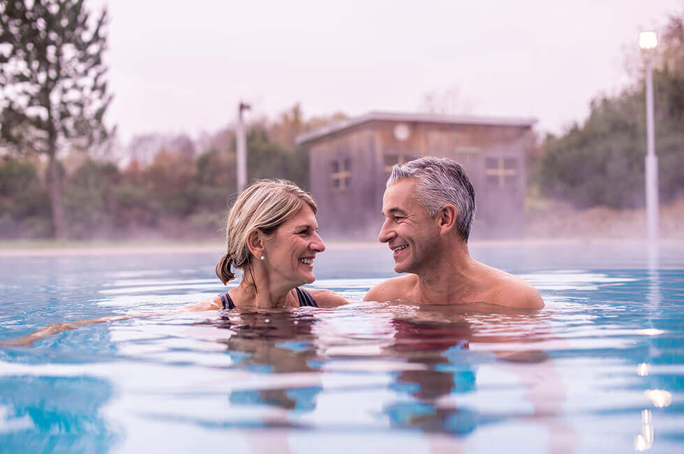 Ganzjährig beheiztes Außenschwimmbecken in der Bade- und Saunalandschaft des Gesundheitshotels
