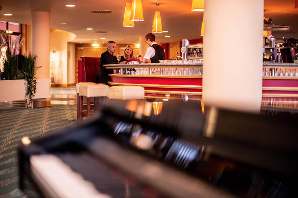Genießen Sie am Abend einen Drink an der Bar des Hotels mit Musik