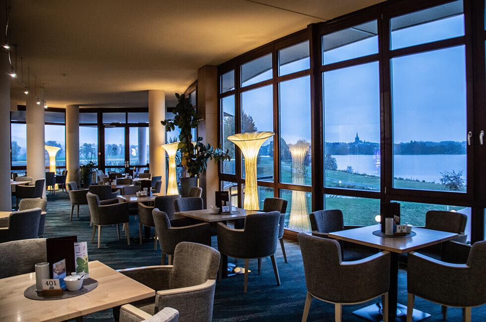 Umwerfender Seeblick aus der Hotel-Lobby über den Weißenstädter See