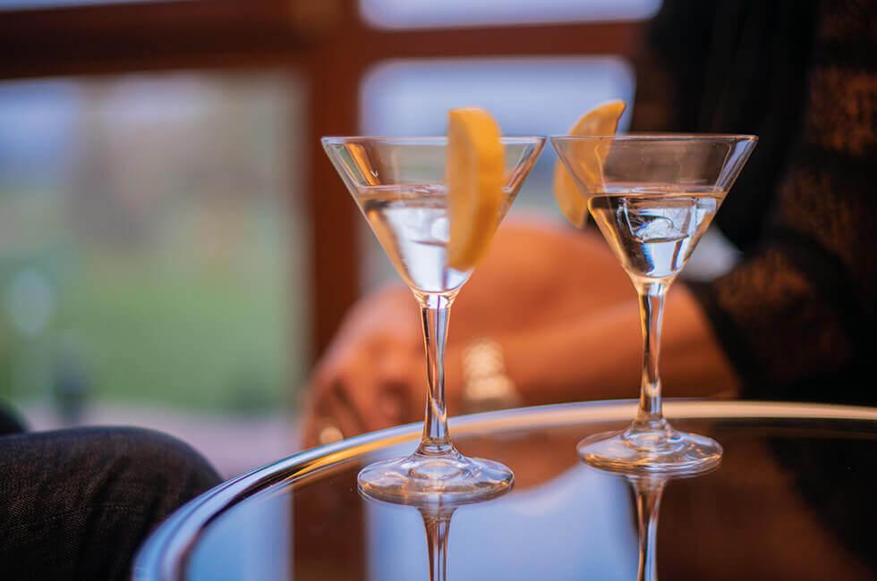 Gemütlichkeit bei einem Drink an der Hotel-Bar