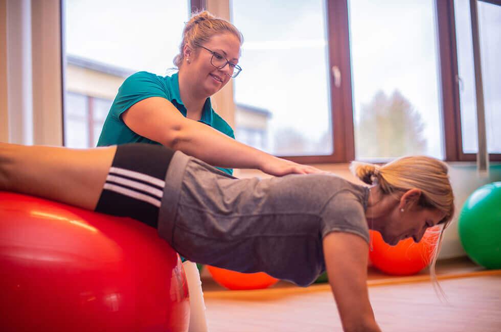 Behandlung von Rückenschmerzen mit Physiotherapie und Gymnastik