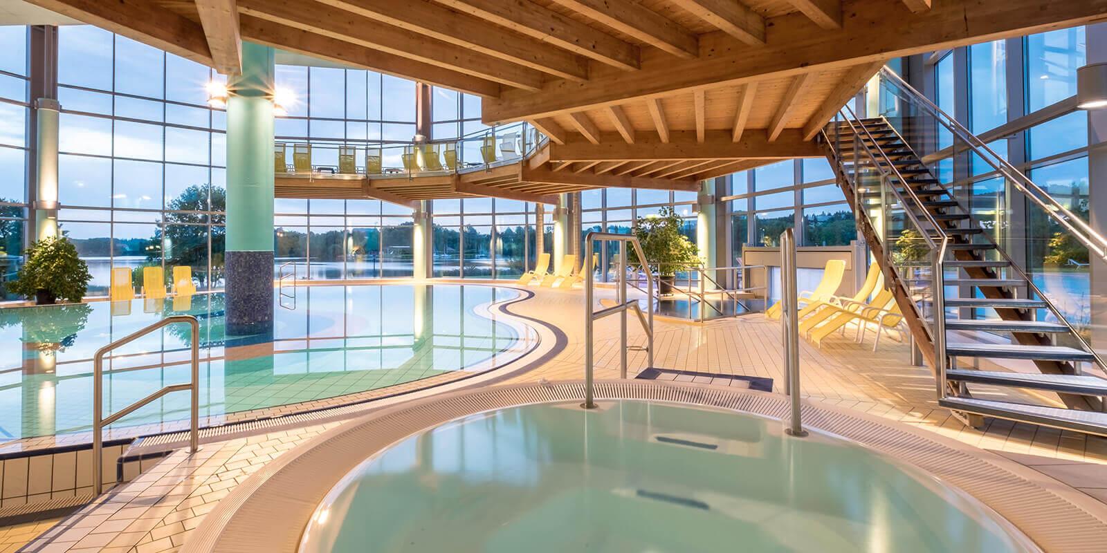 Badelandschaft mit Schwimmbecken, Whirlpool und Sonnengalerie