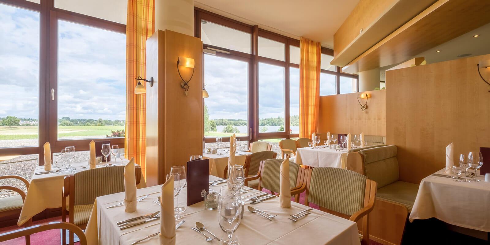 Gemütlichkeit im Hotelrestaurant mit Seeblick im Kurzentrum Weißenstadt