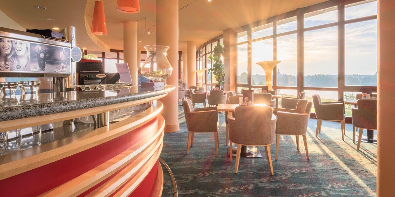 Genießen Sie die Aussicht in der lichtdurchfluteten Hotel-Lobby auf den Weißenstädter See.