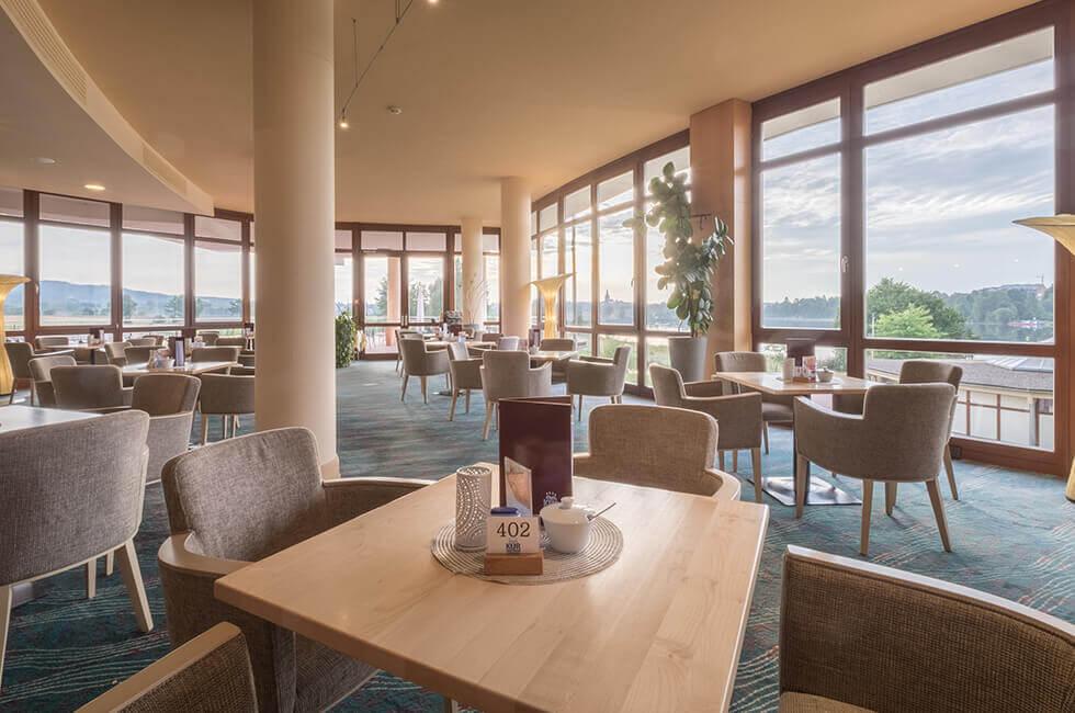 Kaffee und Kuchen werden in der hellen Lobby oder auf der Sonnenterrasse des Hotels serviert