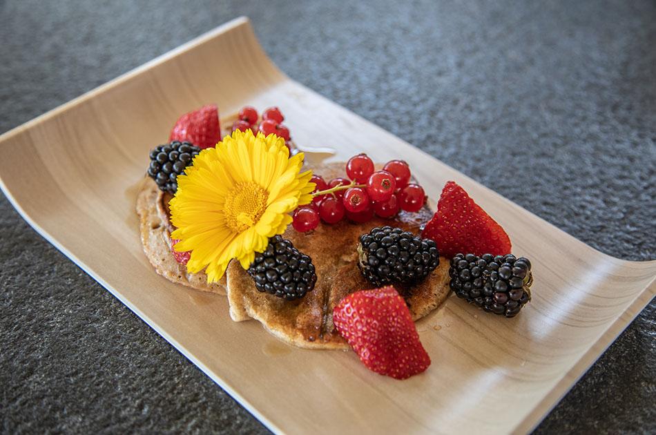 Die perfekte Zwischenmahlzeit: Bananen-Pancakes mit Obst