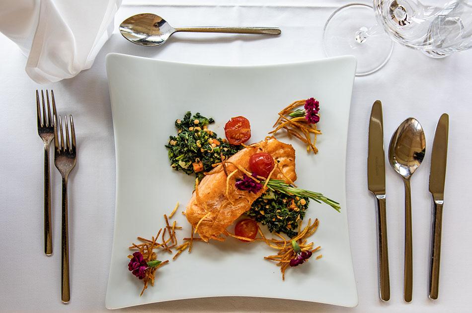 Der perfekte Abendteller: Lachssteak auf Linsen-Grünkohlpfanne