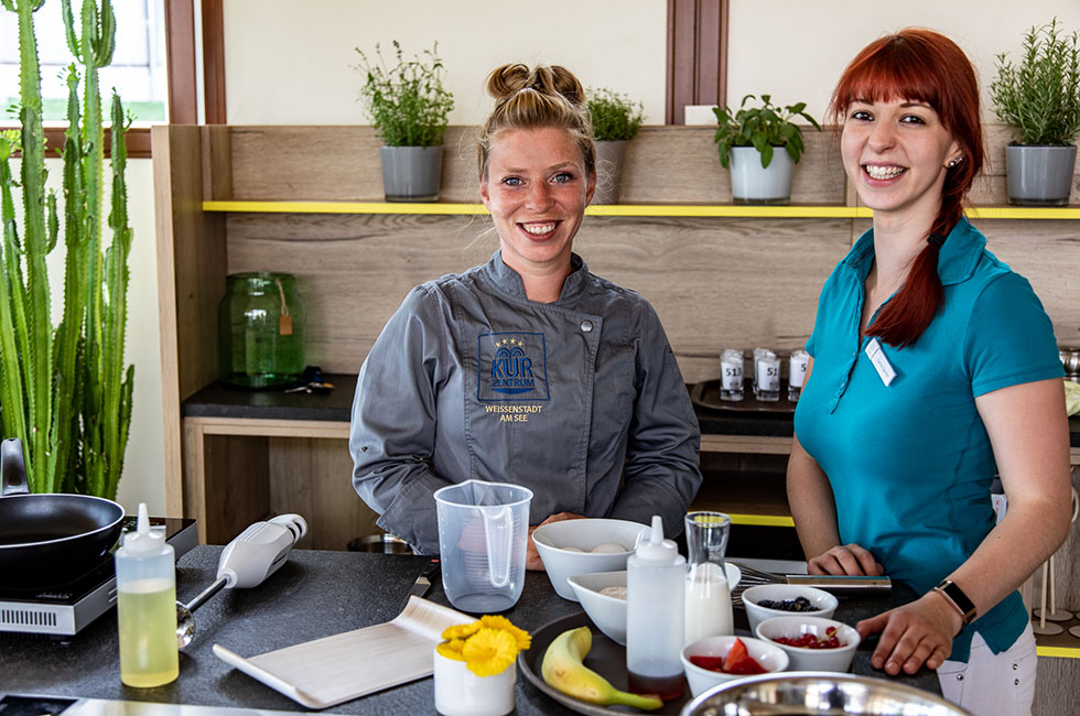 Experten Im Kurzentrum: v.l.n.r. Frau Sandner (Chefköchin) und Frau Sporrer (Diätassistentin)