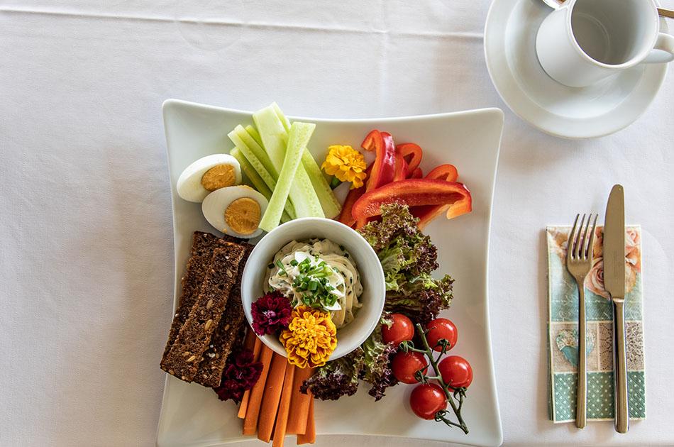 Der perfekte Frühstücksteller: Gemüsesticks mit Kräuterquark