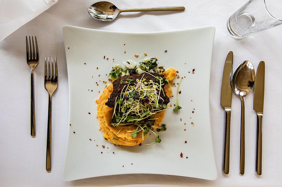 Der perfekte Mittagsteller: Rindersteak mit Kartoffel-Karottenpüree und Wirsing